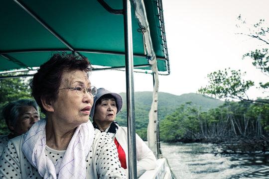 ボートに乗っている高齢者女性 マングローブ