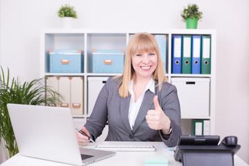 Geschäftsfrau im Büro gibt Empfehlung mit Daumen oben