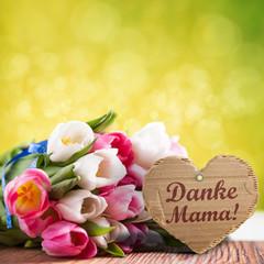 """Kartonanhänger mit Aufschrift """"Danke Mama!"""" und Tulpenstrauß"""