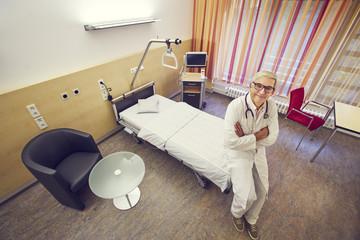 Arzt Krankenhaus Zimmer Vogelperspektive verschränkt