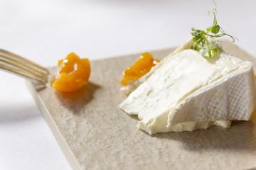 camembert auf platte mit gabel