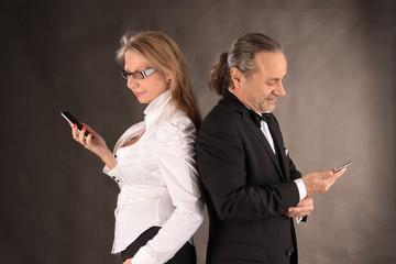 Mann und Frau mit Smartphones