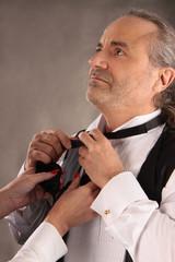 Krawatte binden zu zweit