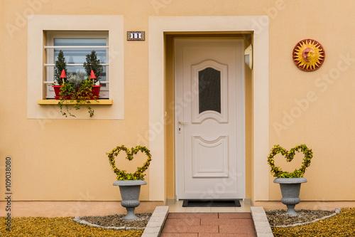 Sch ner eingang eines einfamilienhauses mit haust r aus for Dekor wohnungen