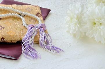数珠と数珠袋と菊の花 和紙背景