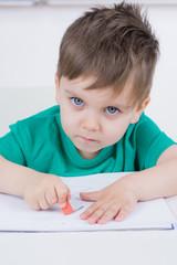 kleinkind benutzt ein radiergummi