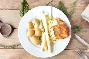 frischer Spargel mit Kartoffeln und Schnitzel von oben