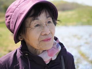80歳の母とネモフィラの花の丘