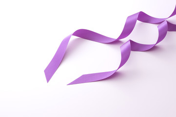 白バックの紫色のリボン