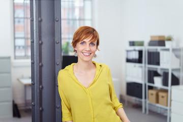 lächelnde, moderne frau im büro