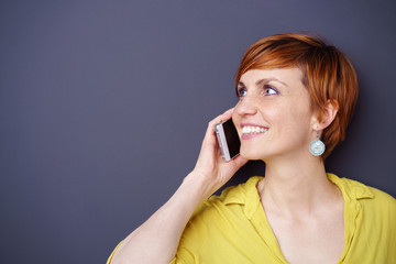 frau telefoniert mit ihrem smartphone und schaut zur seite