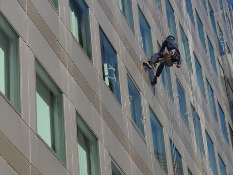 高層ビルの窓掃除