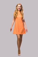 девушка в абрикосовом платье