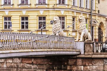 Канал Грибоедова и Львиный мост в Санкт-Петербурге пасмурным днем.