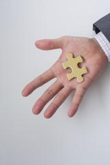 パズルを持つビジネスマンの手
