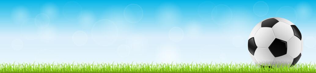 Fußball auf Gras mit blauem Himmel