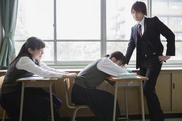 居眠りする女子生徒