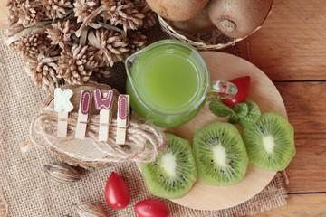 Kiwi juice and fresh kiwi is delicious.