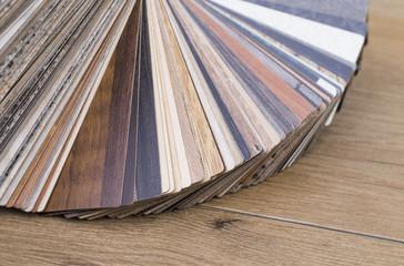 Verschiedene Holzfurniere auf einem Holztisch