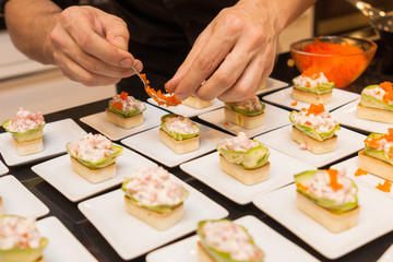 Photo sur Plexiglas Entree cook put caviar on delicious gourmet canape starters