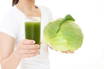 野菜ジュースを持つ女性