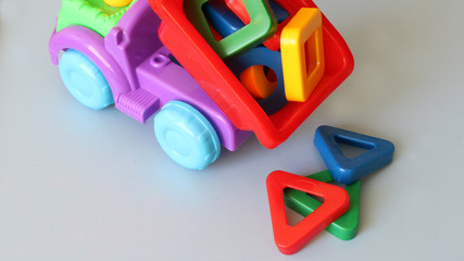 Грузовик с фигурами, игрушка.