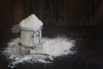 Mehl im Glas auf einem alten rostigen Backblech