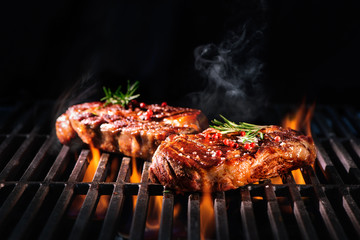 Photo sur Aluminium Steakhouse Beef steaks on the grill