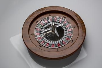 visione ampia di roulette in legno su sfondo bianco