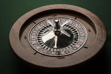panoramica di Roulette in legno intera su tavolo verde con pallina bianca sullo zero