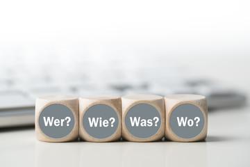 Würfel mit Wer, Wie, Was, Wo vor Tastatur