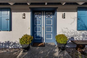 Haustür landhaus blau  Bilder und Videos suchen: buchsbäume