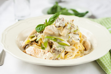 Creamy pasta with chicken and leeks