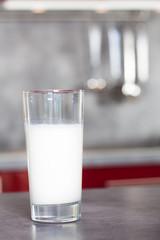 verre de lait sur une table de cuisine