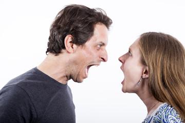 Hombre y mujer gritándose