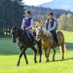 Zwei Reiterinnen auf ihren Pferden