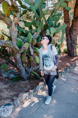 Femme en promenade au jardin botanic