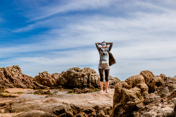 Femme sur les rochers dans une Crique à Blanes