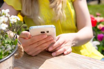Junge Frau hält ihr Handy