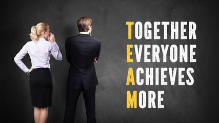Geschäftsleute stehen vor einem Kreuzwort, das Team ergibt