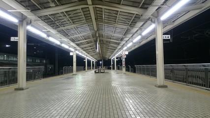 無人の新幹線のホーム