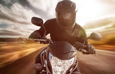Motorrad auf Landstraße bei Sonnenschein