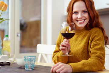 entspannte frau mit einem glas rotwein