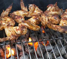 Köstliche Chicken Wings auf dem Grill