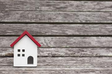 ベンチにある赤い家