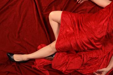 Frau nackt unter rotem Samt verdeckt