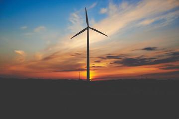 Elektrownia wiatrowa na tle wieczornego nieba