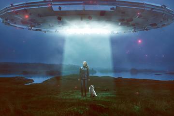 Fotorolgordijn UFO Frau und Hund sehen UFO über sich