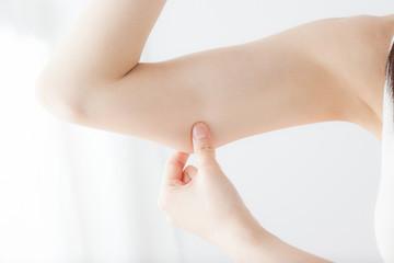 二の腕、腕、つまむ、女性