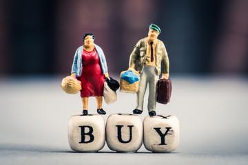 ショッピングをするミニチュアの人間